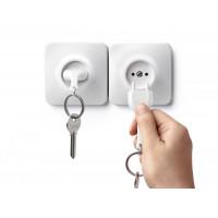Nástenný držiak s kľúčenkou Qualy UnPlug, biela kľúčenka